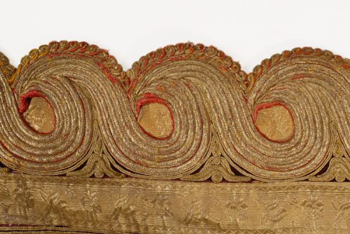 Detail of the decoration: cordons in spiral meander form. The gold chevron appears underneath.